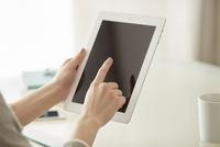 タブレットPCを持つ女性の手