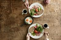 テーブルで食事をする男性と女性 10827001198  写真素材・ストックフォト・画像・イラスト素材 アマナイメージズ