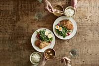 テーブルで食事をする男性と女性 10827001205| 写真素材・ストックフォト・画像・イラスト素材|アマナイメージズ