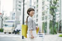 街を歩くビジネスウーマン 10827001271  写真素材・ストックフォト・画像・イラスト素材 アマナイメージズ