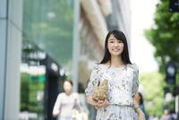 街を歩く女性 10827001566| 写真素材・ストックフォト・画像・イラスト素材|アマナイメージズ