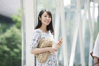 駅に立つ女性 10827001605| 写真素材・ストックフォト・画像・イラスト素材|アマナイメージズ