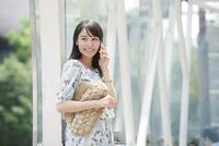 駅に立つ女性 10827001607| 写真素材・ストックフォト・画像・イラスト素材|アマナイメージズ