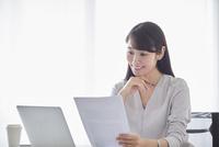 オフィスでパソコンに向かい働く女性 10827001714| 写真素材・ストックフォト・画像・イラスト素材|アマナイメージズ