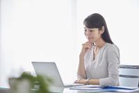 オフィスでパソコンに向かい働く女性 10827001718| 写真素材・ストックフォト・画像・イラスト素材|アマナイメージズ