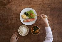 食事をする学生 10827001797| 写真素材・ストックフォト・画像・イラスト素材|アマナイメージズ