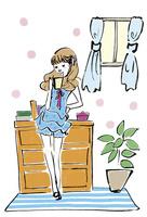 コーヒーを手にくつろぐ女性
