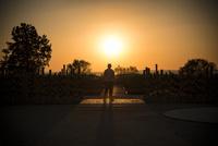 霞ケ浦総合公園の朝日と男性