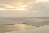 レンソイス砂漠の白砂の砂丘のキャンプ地