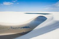 レンソイス砂漠の湖と白砂の砂丘