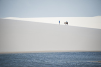 レンソイス砂漠の白い砂丘を歩くシルエット