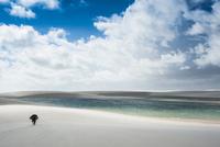 レンソイスの白砂の砂漠と湖を歩く 10873000076| 写真素材・ストックフォト・画像・イラスト素材|アマナイメージズ