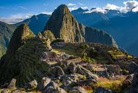 朝日のマチュピチュ遺跡とワイナピチュ峰