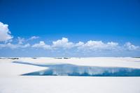 レンソイスの白砂の砂漠の湖と入道雲