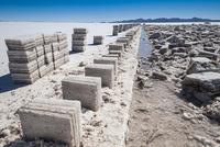 ウユニ塩湖の採潮場と塩のブロック