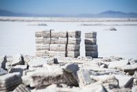 ウユニ塩湖の採潮場で切り出した塩のブロック