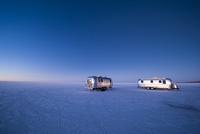 ウユニ塩湖で夜明けを迎えるキャンピングカー