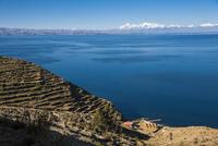 チチカカ湖の「太陽の島」から望むアンデス山脈と段々畑アンデネス