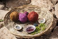 天然染料で染色するケチュア族の織物