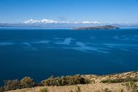 チチカカ湖の「太陽の島」から望むアンデス山脈と「月の島」
