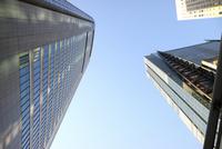 汐留のオフィスビルを見上げる 10884000062| 写真素材・ストックフォト・画像・イラスト素材|アマナイメージズ