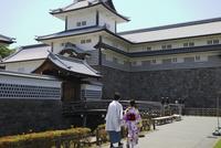 金沢城公園を着物で歩くカップル 10884000207| 写真素材・ストックフォト・画像・イラスト素材|アマナイメージズ