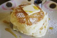 バターがのったふわふわのパンケーキ 10884000212| 写真素材・ストックフォト・画像・イラスト素材|アマナイメージズ