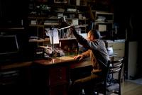 書斎に座るシニア男性
