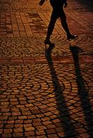 歩く女性のシルエット 10898000253| 写真素材・ストックフォト・画像・イラスト素材|アマナイメージズ