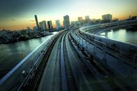 電車の車窓からみた東京湾岸エリア