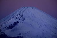 夜明け前の富士山 10899000120| 写真素材・ストックフォト・画像・イラスト素材|アマナイメージズ