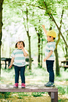 木陰の少年と少女 10901000064| 写真素材・ストックフォト・画像・イラスト素材|アマナイメージズ