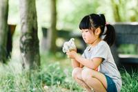 お花を摘む少女 10901000069| 写真素材・ストックフォト・画像・イラスト素材|アマナイメージズ