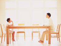 母と子の対話 11000002659| 写真素材・ストックフォト・画像・イラスト素材|アマナイメージズ