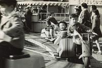 遊具に乗る子供