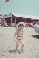 砂浜を走る子供