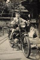 バイクにまたがる子供