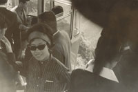 ロープウェイに乗る男女 11000003912| 写真素材・ストックフォト・画像・イラスト素材|アマナイメージズ