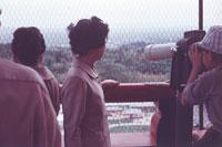 望遠鏡を覗く男性