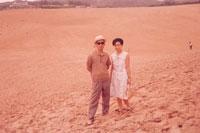 砂丘に立つ夫婦