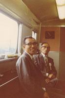 列車に乗る二人の男性