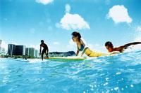 サーフィンをする若者