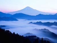 富士山と雲海 11000007485| 写真素材・ストックフォト・画像・イラスト素材|アマナイメージズ