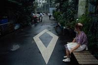 おばさんと路地 11000007569| 写真素材・ストックフォト・画像・イラスト素材|アマナイメージズ