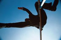 ハードルを跳ぶビジネスマン