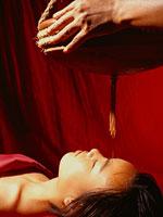 マッサージを受ける女性 11000009304| 写真素材・ストックフォト・画像・イラスト素材|アマナイメージズ