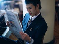 新聞を読むビジネスマン 11000009451| 写真素材・ストックフォト・画像・イラスト素材|アマナイメージズ