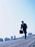 ボードウォークを走るビジネスマン