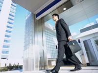 オフィス街を歩くビジネスマン