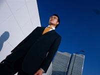 ビジネスマンと高層ビルと青空